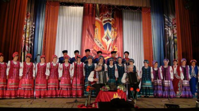 Выступление народного хора на сцене нашего Дома Культуры
