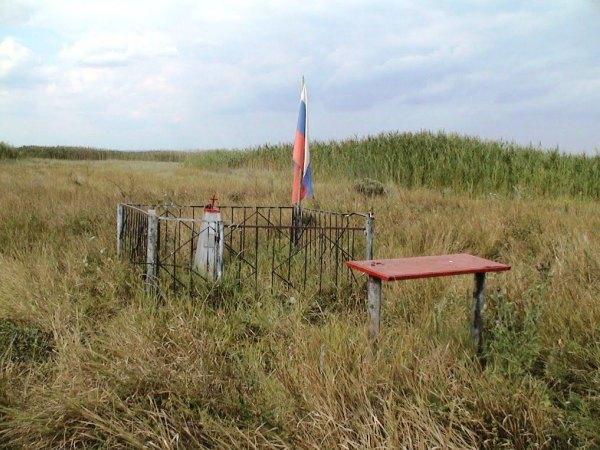 «Неизвестному солдату» — могила неизвестных солдат (количество неизвестно) погибших в 1943 году на территории бывшего х. Отруб-7 и похороненных в военные годы местными жителями